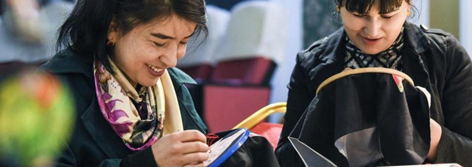 """以绣为""""媒"""":新疆哈密数千少数民族绣娘实现脱贫"""