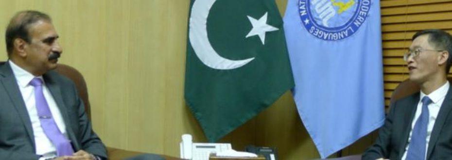 驻巴基斯坦大使会见巴国立现代语言大学校长并接受物资捐赠