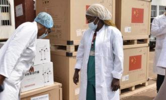 中国援喀麦隆医疗队向当地医院捐赠医疗物资
